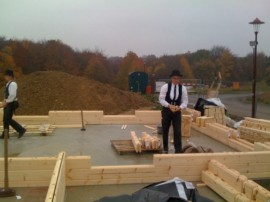 Handwerker beim Blockhausbau