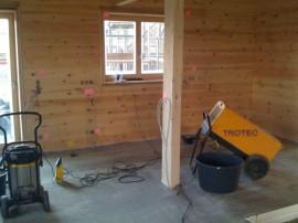 Bautrockner im Blockhaus zum Betonestrich trocknen