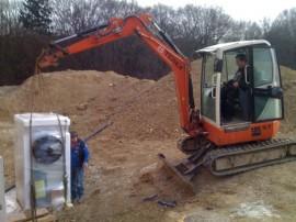 Wärmepumpe mit unserem Baubagger transportieren