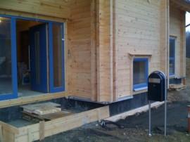 Blockhaus Hauseingang mit finnischem Bobi Briefkasten
