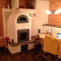 Kachelofen mit Backfach fertiggestellt im Blockhaus