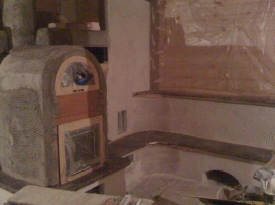 Kachelofen mit Backfach und beheizter Sitzbank im Bau