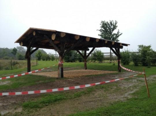 Naturstammhaus als Unterstand / Carport