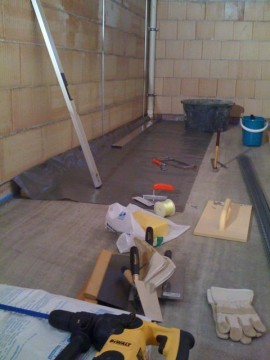 Keller bauen im Blockhaus – der richtige Knauf Rotband Innenputz