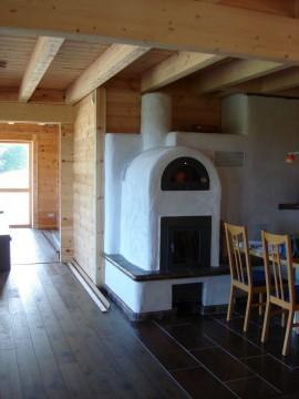 Kachelofen in Küche im Blockhaus