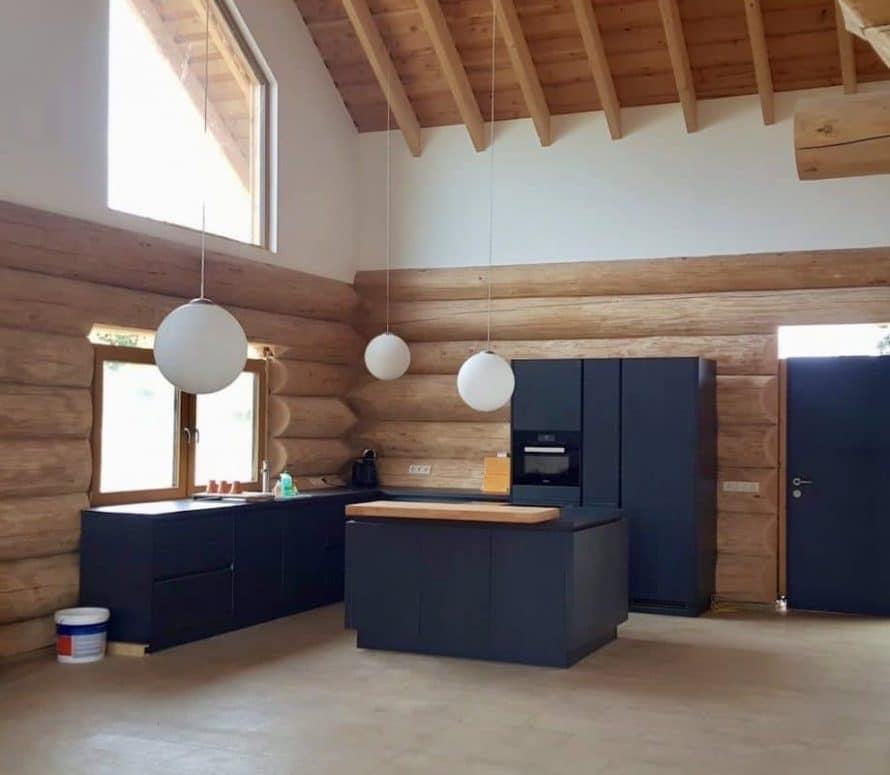 Küche in einem Naturstammhaus
