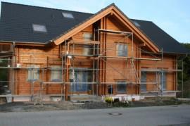 Blockhaus mit Baugerüst