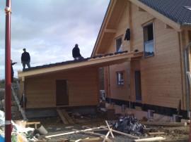 Carport und Holzfertiggarage im Bau