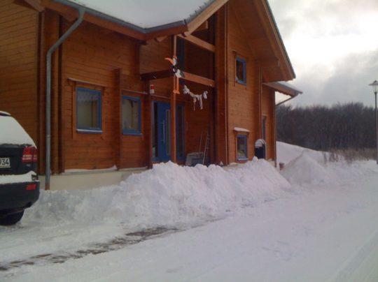 Blockhaus im Winter – Schnee mit Kaminabzug