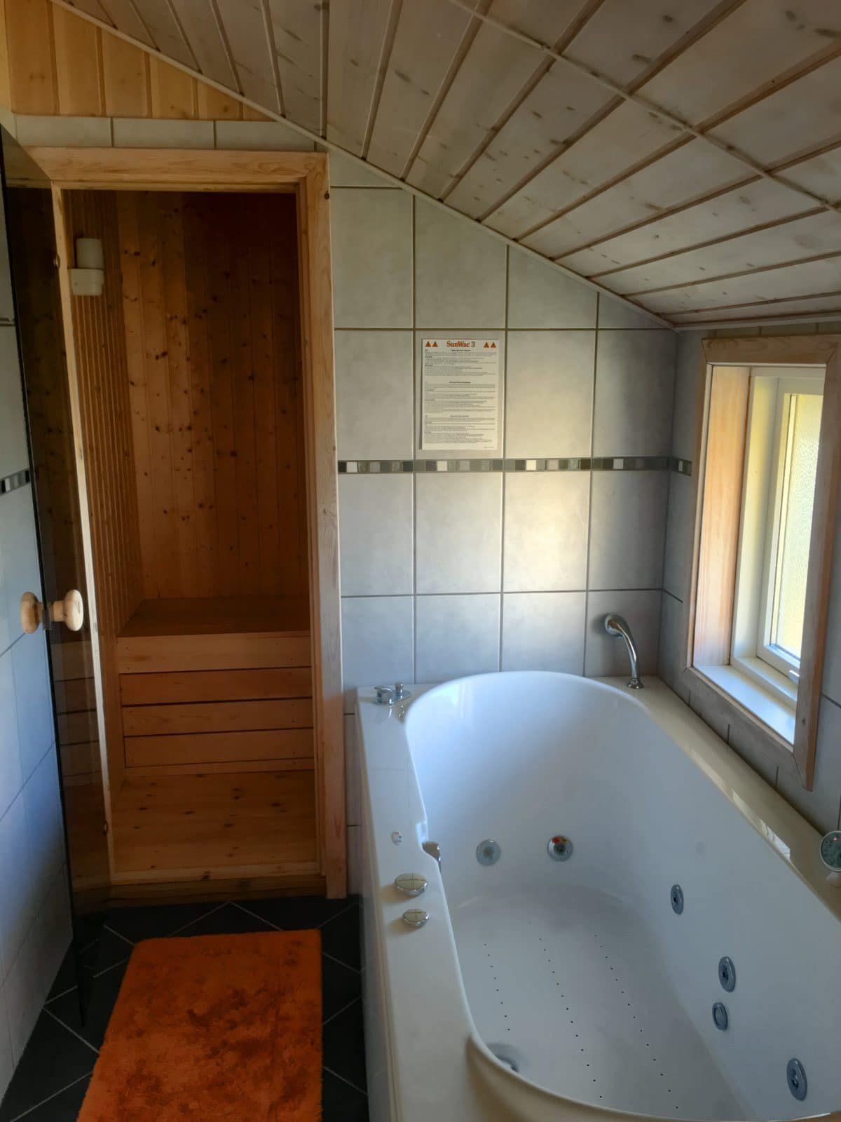 Sauna mit Whirlpool - Innenansicht