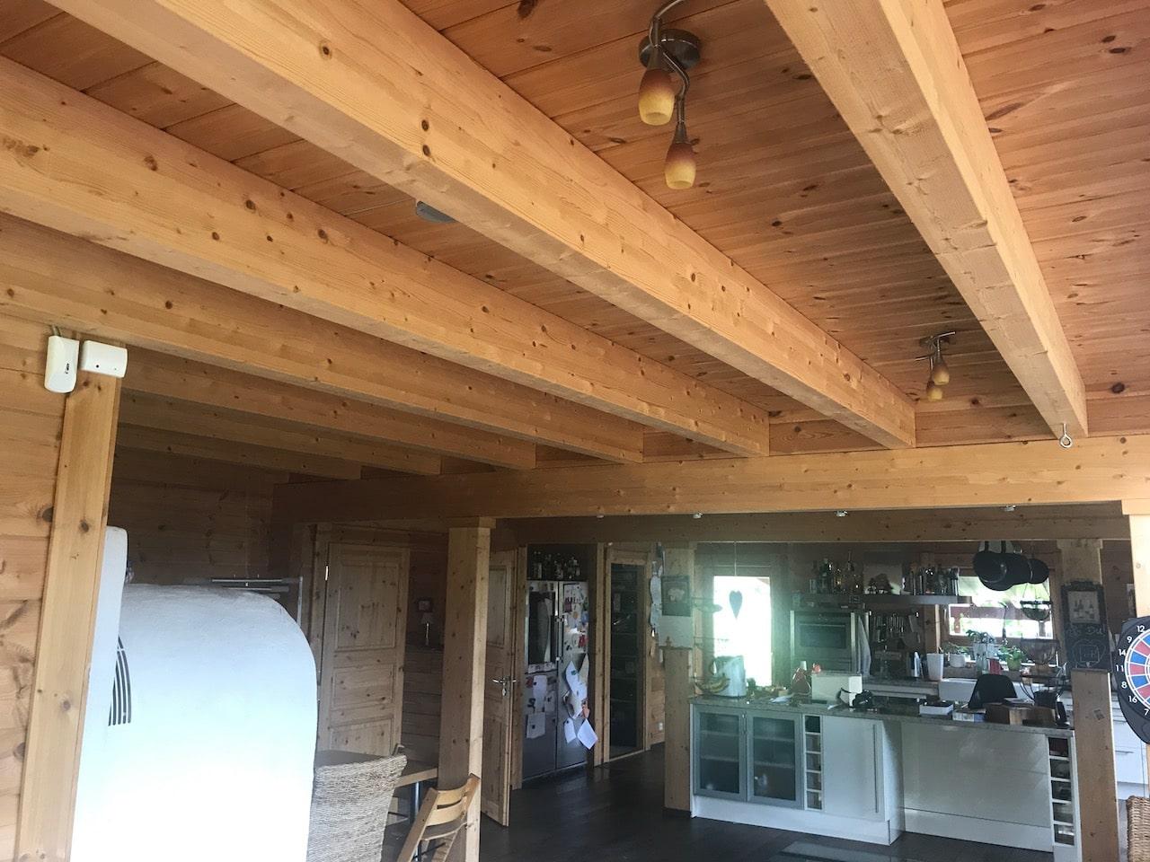 Beleuchtung in Deckenbalken im Holzhaus
