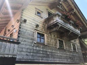Balkon am Blockhaus mit Außengeländer