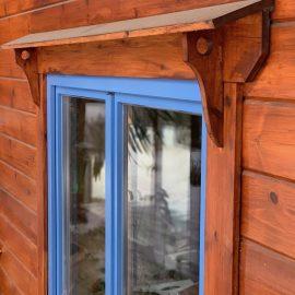 Blockhaus Fenster mit Wetterbrett