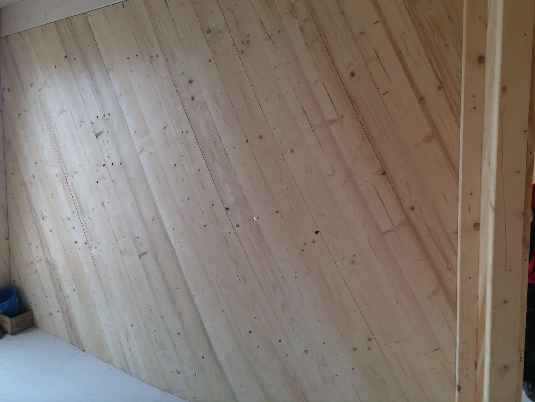 Unterkonstruktion für Tapete im Holzhaus