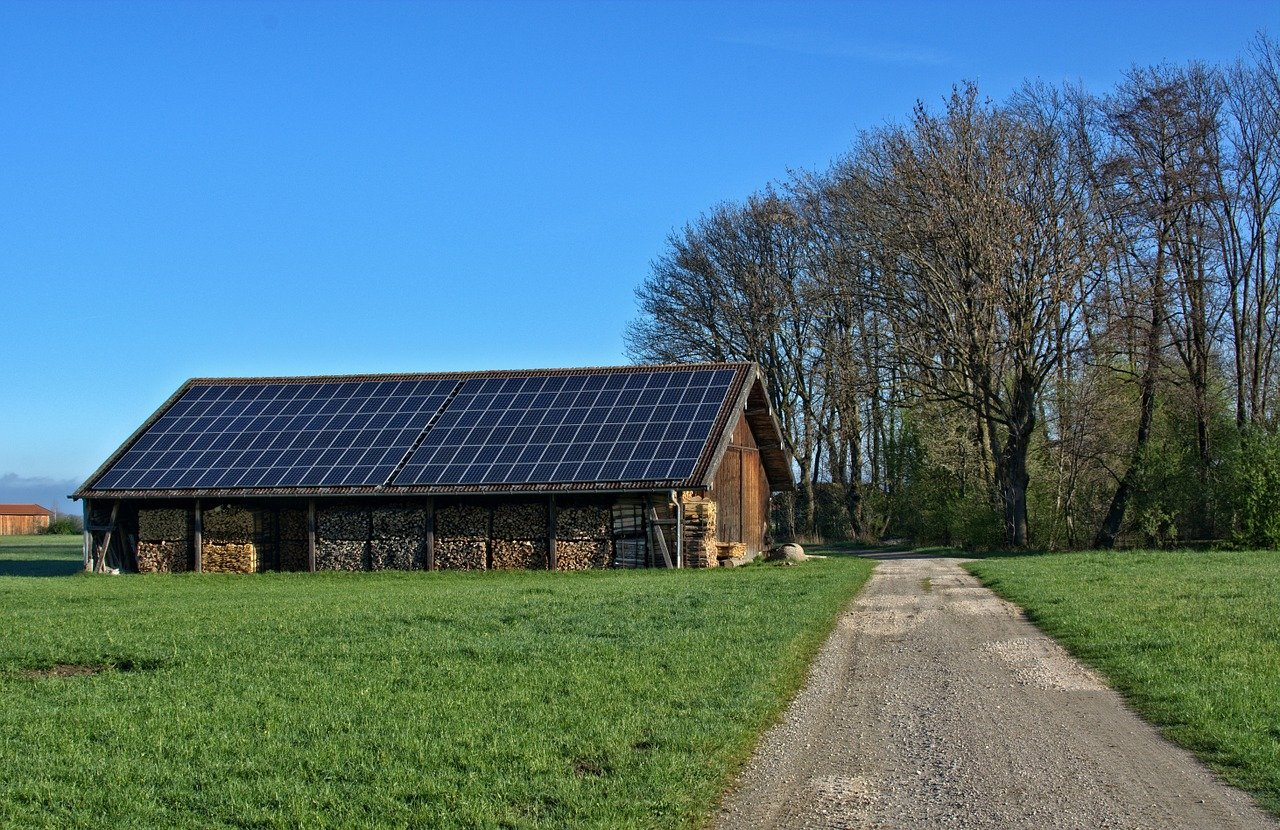 Photovoltaikanlage auf einem Holzschuppen
