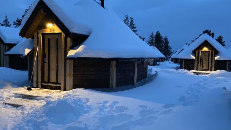Blockhaus winterfest im Schnee